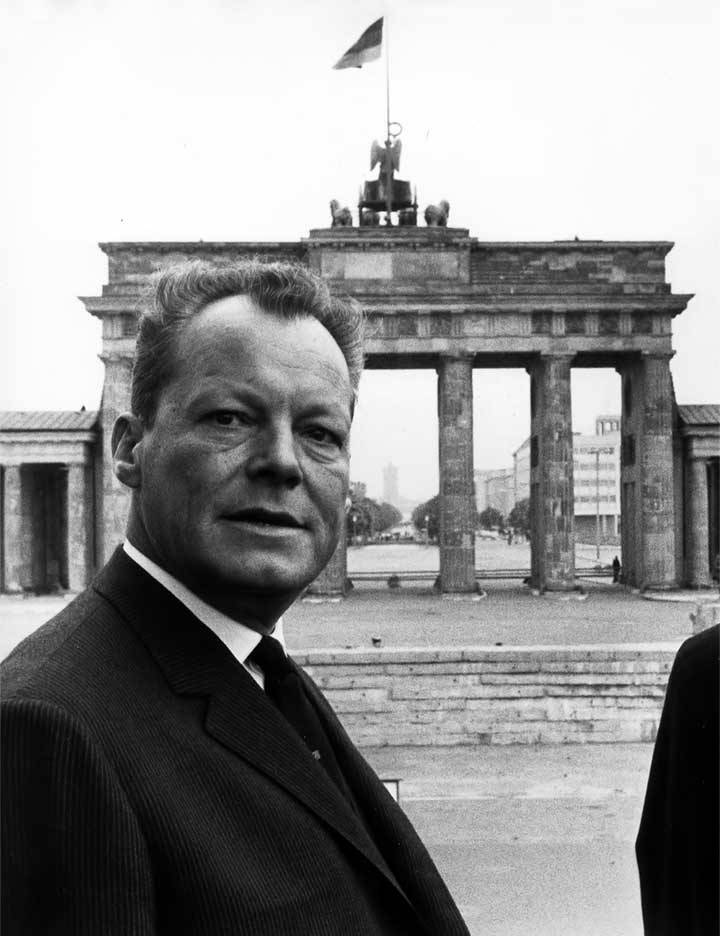 Willy Brandt vor dem Brandenburger Tor in Berlin.